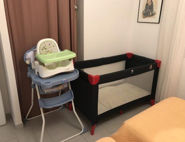 lit bébé disponible sur demande (hors draps)